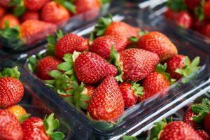 Полезные продукты питания. Клубника, бобовые, лук, яблоки, морковь